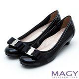 MAGY 品牌經典熱賣款 LOGO飾釦蝴蝶結低跟鞋-鏡黑