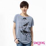SOMETHING 花卉鳥圖寫意T恤-女-灰藍色