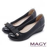 MAGY 輕甜女孩 蝴蝶結珍珠飾釦楔型鞋-黑色