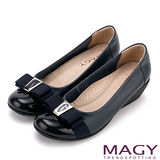 MAGY 經典新風貌 LOGO織帶蝴蝶結牛皮楔型鞋-深藍