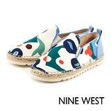 NINE WEST--運動風草編休閒鞋--塗鴉白