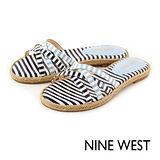NINE WEST--彩色條紋草編平底拖鞋--海洋藍