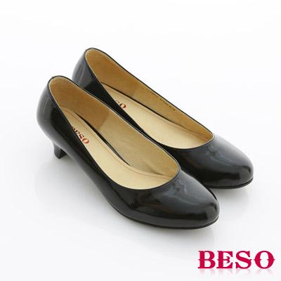 【BESO】都會職人 辦公室必備素面低跟包鞋(黑漆皮)