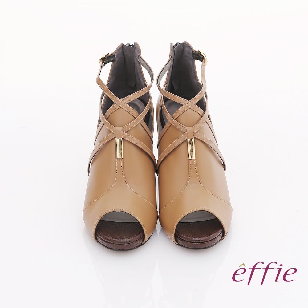 【effie】都會風情 交叉繫帶金屬綴飾魚口高跟鞋(卡其)