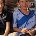 孩子王專櫃NB特價 運動流行品牌Newbalance 童裝 百貨專櫃 台灣製造 V領斜線幾何 100% 棉 大男孩上衣 紅、藍、黑條3色 130~170公分