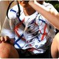 特價NB童裝 運動流行品牌Newbalance 童裝 百貨專櫃 台灣製造 幾何圖造型 大男孩圓領棉上衣 白、藍2色 120~160公分