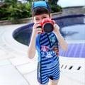 《童伶寶貝》EJE021-夏日韓版卡通警車男童連身泳裝.泳帽(附帽)