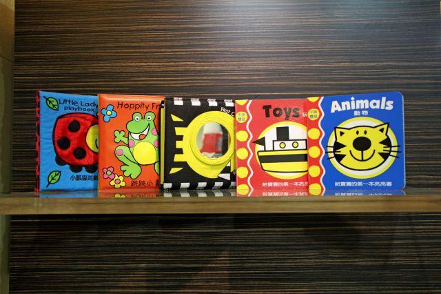 小瓢蟲中英雙語系列:啟蒙認知五書組(第一本床頭書+小瓢蟲遊戲書+跳跳小青蛙+動物+玩具)(精裝)
