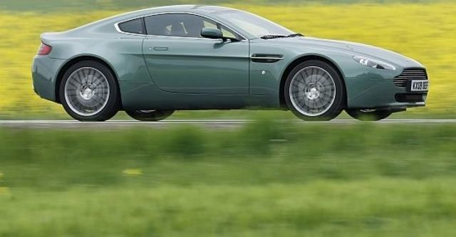 2011 Aston Martin Vantage V8 Coupe  第10張相片
