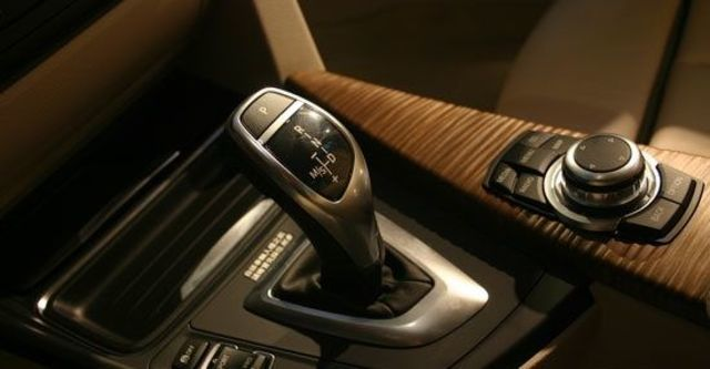 2012 BMW 3-Series Sedan 318d  第11張相片