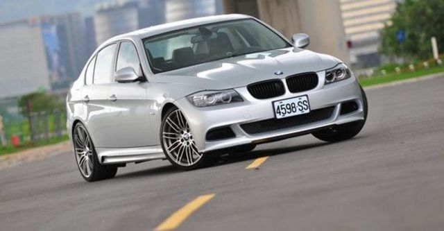 2010 BMW 3-Series Sedan 330i  第2張相片