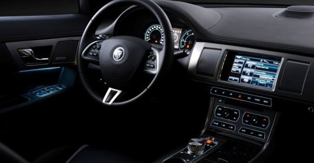2014 Jaguar XF 2.0i  第8張相片