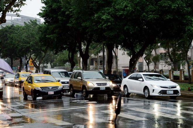 為什麼計程車司機停紅燈都會關大燈?