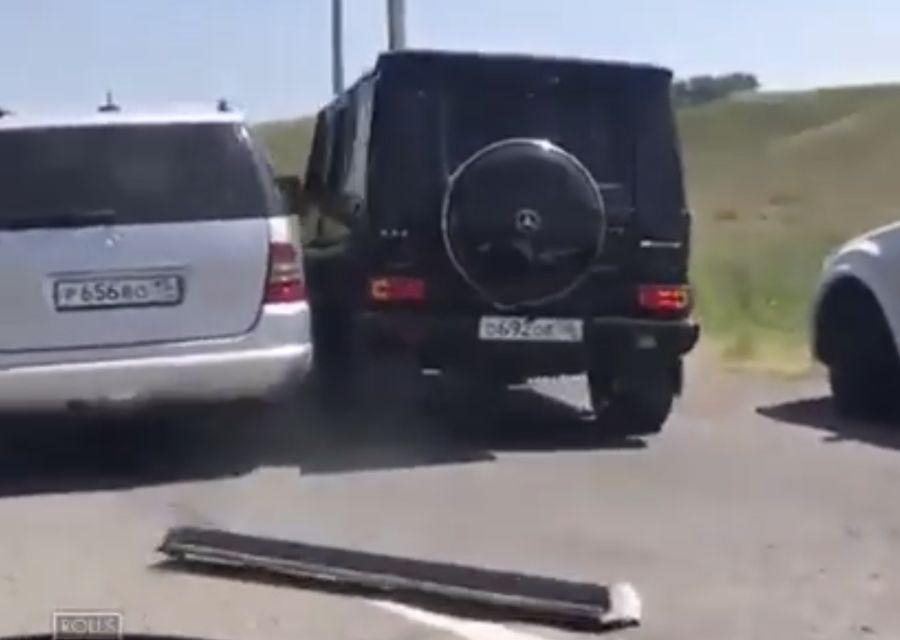 賓士ML休旅車發狂撞G63越野車 誰比較硬?