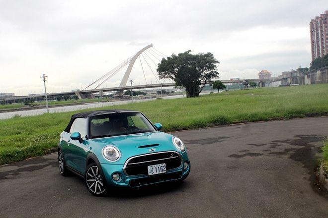 徜徉蔚藍天空下 Mini Cooper S Cabrio 加勒比海藍試駕