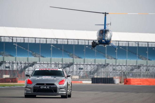 坐直升機在Silverstone賽道上空以PS4遙控器玩一比一R35 GT-R實車!!!