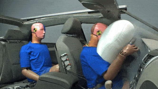 為什麼後座也要繫戴安全帶??? 因為不繫出事時會這樣......