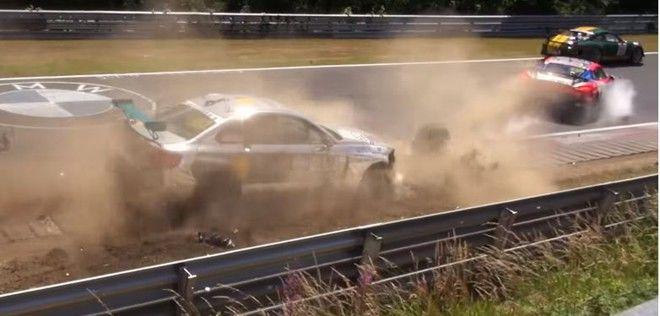 Porsche Cayman GT4和BMW M235i在VLN競賽時碰撞出現重大車禍