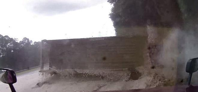 打瞌睡的卡車司機撞上其他卡車而翻覆