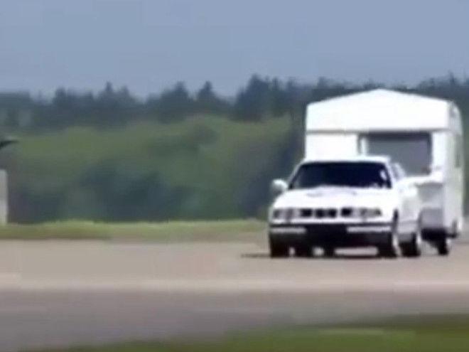 BMW E34拖著露營車飛越跳台...?