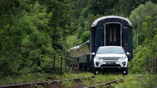Land Rover Discovery Sport化身為「火車頭」 拖曳總重「119噸」的三箱火車