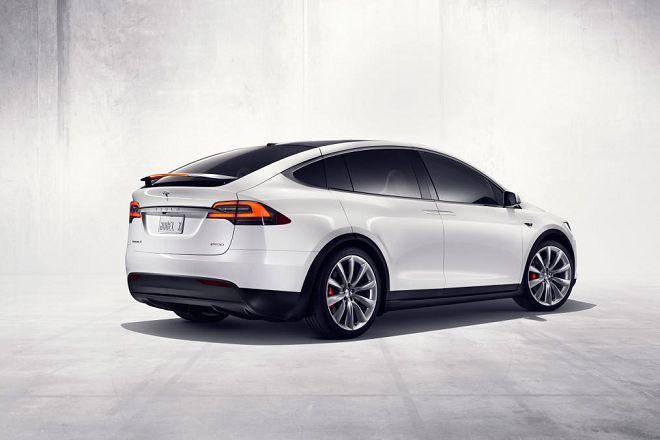 由於鷗翼車門在100 km/h時速下自行開啟,因此這名Tesla Model X的車主要求退費!