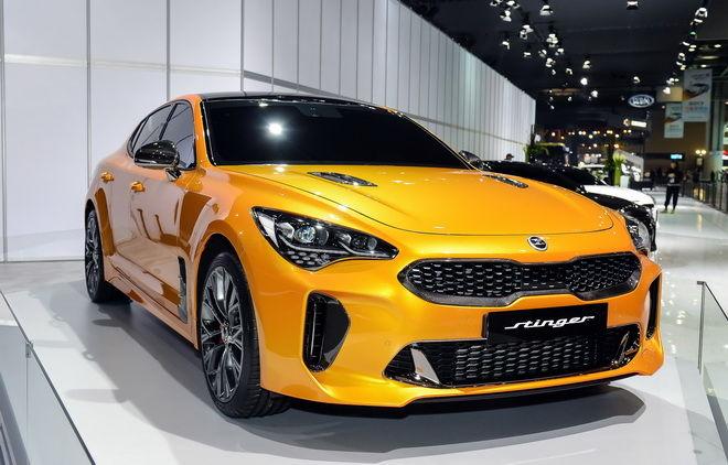 3.首爾車展現場展出搭載碳纖維外觀套件特式車型,展現KIA Stinger強悍跑車本質。