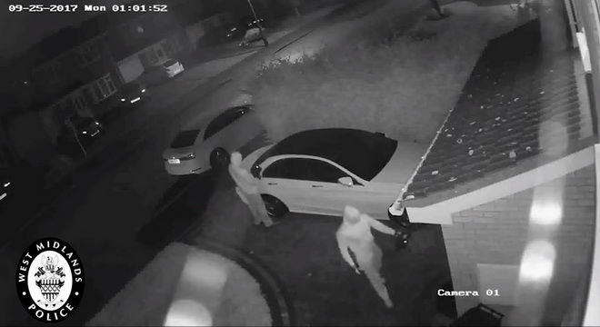 高科技偷車賊駭進M-Benz免鑰匙系統 靠近車後不到40秒開走C-Class!!!