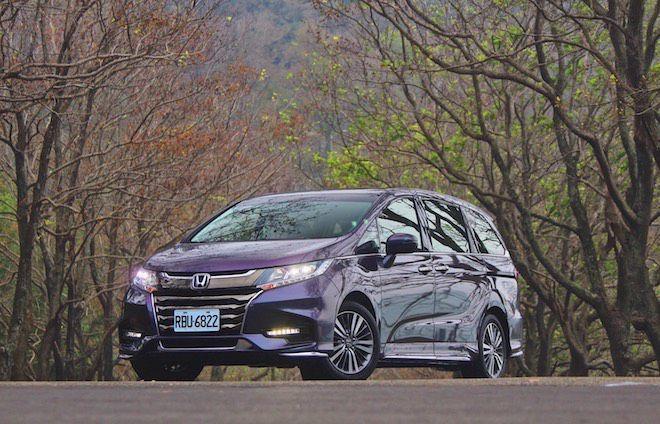 隨著導入Honda SENSING系統,在這輛豪華MPV上不僅有著豪華大空間,更同時給予家人最安心的乘坐感受!全新小改款Honda ODYSSEY試駕