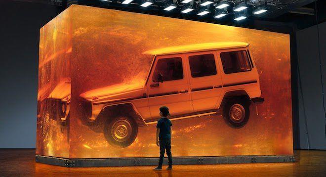 Mercedes-Benz以人工樹脂打造一座44.4噸琥珀立方體來保存最純粹的「G精神」!沒錯,這就是極致的裝置藝術!