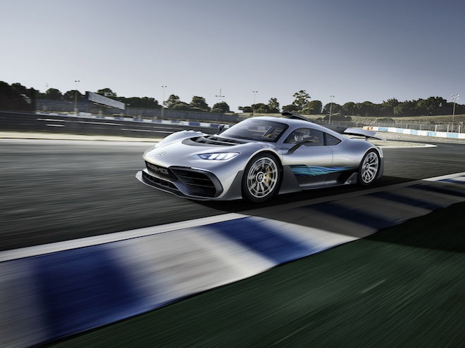 Mercedes-AMG老闆聲稱,搭載著尖端F1賽道科技的「Project One」能產生出高達700kg的下壓力!就像蘇菲一樣服貼!