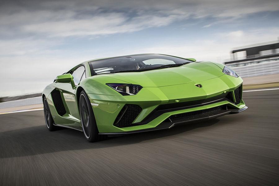 為了讓駕駛能夠控制狂牛,Lamborghini將不會推出後輪傳動的Aventador