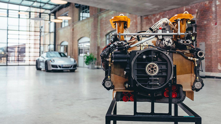 讓Porsche來說說,為何金色盾牌的水平對臥引擎如此迷人?