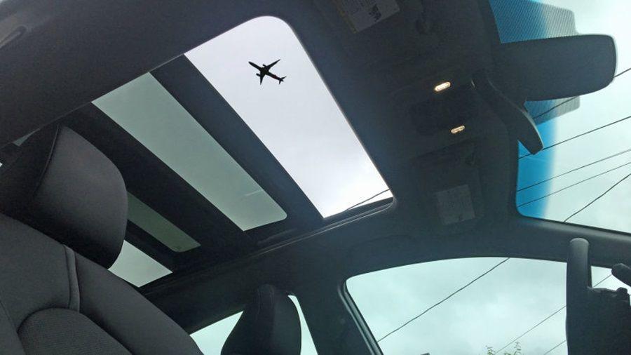 空降危機?!加拿大一位女駕駛被客機掉落排泄物砸中?!