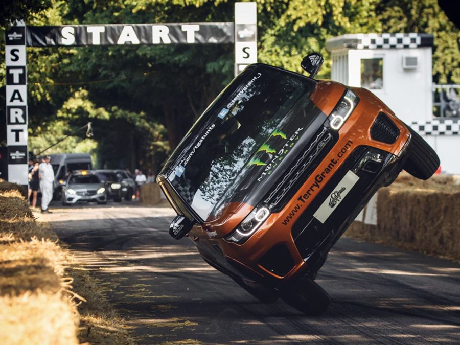 Land Rover與特技車手Terry Grant共同創下最速兩輪行駛金氏世界紀錄
