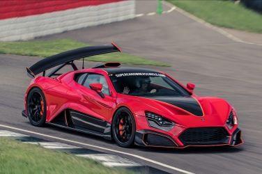 曾看到很紅的Zenvo TSR-S在賽道上奔馳,大尾翼好像會跟著車子一起「傾斜」,作用到底是什麼?如何做到的?