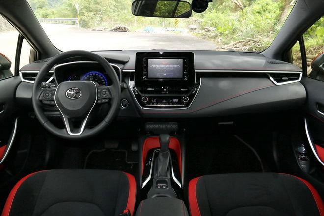 日本原裝進口掀背強勢來襲 Toyota Auris旗艦版試駕-外觀內裝篇: Page 2 of 2