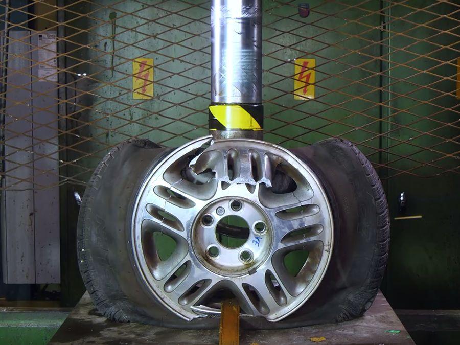 該買鐵圈還是鋁圈?挑戰油壓機就知道!(影片)