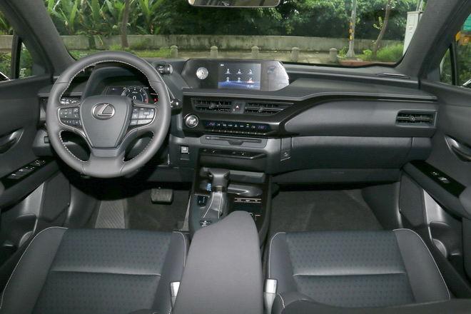 Lexus跨界休旅新生 UX 200菁英版試駕-外觀內裝: Page 2 of 2