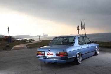 1988 BMW E28 5 Series 滿滿的自我意識表現(下、菱格紋內裝鋪成搭配銅管穿插  百葉窗望出那些年的日子!)