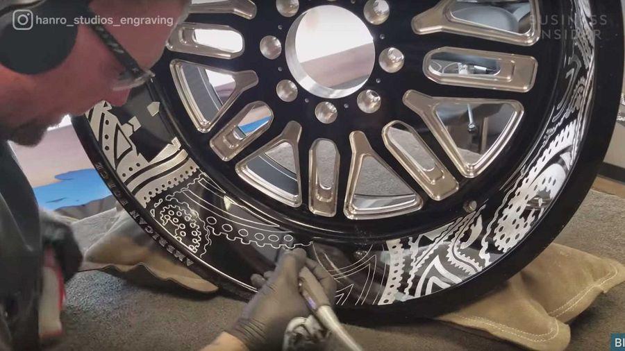 Hanro Studios的雕刻技藝讓車體擁有宛若紋身的美感