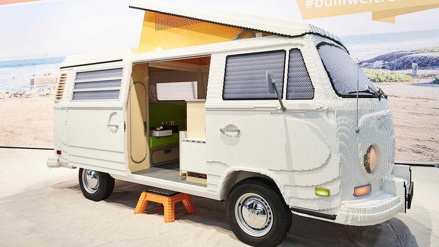 不仔細看還真難發現這Volkswagen T2露營車是全用Lego製作而成的呢