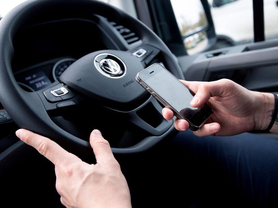 真危險!英國當地多數貨車司機承認邊開車邊使用手機