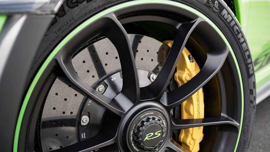 Porsche認為購買碳纖陶瓷煞車的最大好處是不用常常清潔輪圈