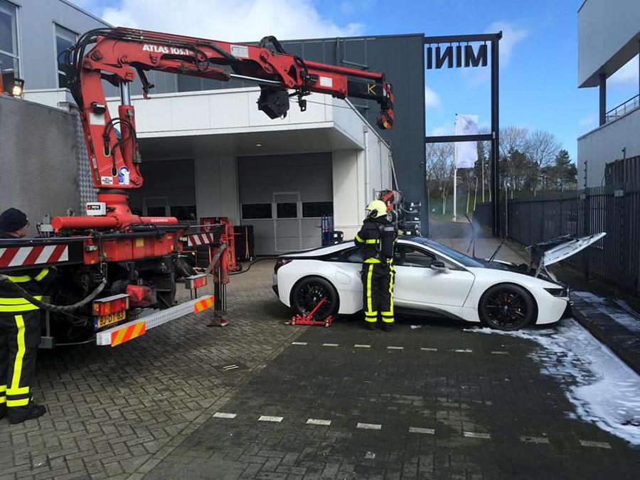 BMW i8油電車著火怎麼辦?丟進大水槽吧!