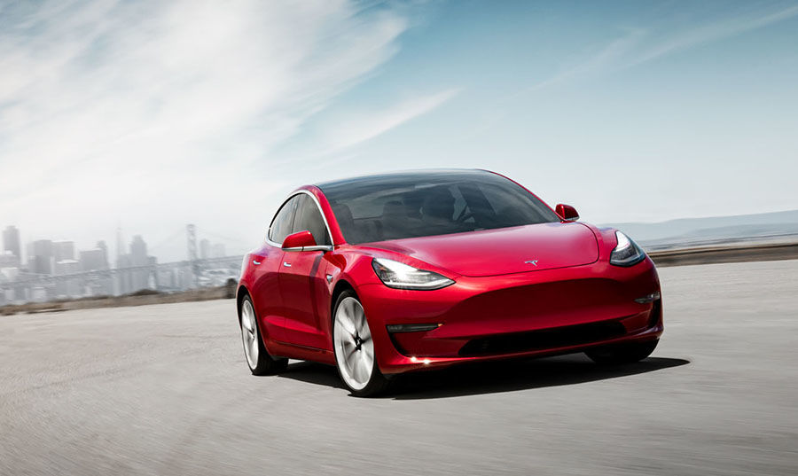 Tesla Model 3紐柏林賽道狂超車!開半圈就不煞車了?