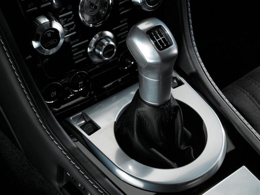 管他雙離合器有多快,Aston Martin Vanquish還是給你手排變速箱?