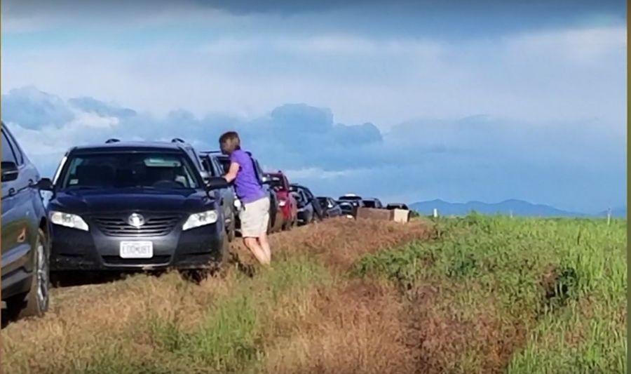 照著Google Map改道行駛卻卡在爛泥中!近百輛車受困!