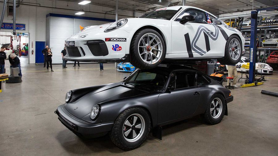 大幅改造後的Safari 911竟能直接頂一輛911賽車在車頂
