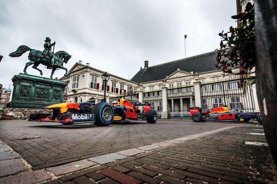 【影】Aston Martin Red Bull Racing F1賽車及賽車手駛進荷蘭各知名地標,展開高速競逐。